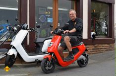 Sichtlich Spaß hat der Inhaber Franz-Peter Gorzolla mit dem Elektro-Roller NIU M1 Pro. (Foto: hcb)