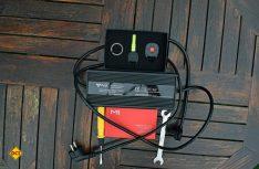 Das wird dem NIU-Käufer mitgegeben: Ladegerät, Anleitung, Ersatzschlüssel mit Fernbedienung, Werkzeug. (Foto: hcb)