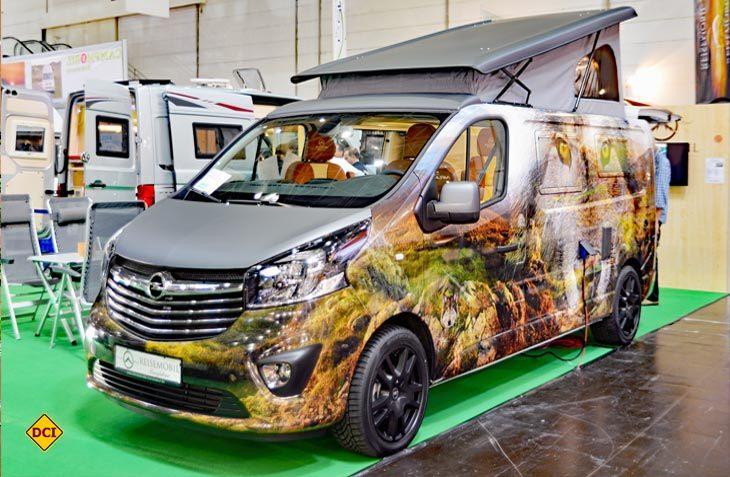 Ein echter Hingucker: Der kräftig lackierte Opel Viavaro Free Nature von der Reisemobil-Manufaktur Schirner. (Foto: det)
