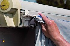 Mit der dwt-Kederschiene lassen sich auch Vorzelte leicht an einer Markise befestigen und erweitern so schnell den Wohnraum. (Foto: dwt(