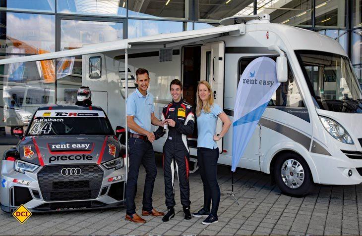 Auf eine erfolgreiche Partnerschaft: Rennfahrer Sandro Kaibach und das rent easy-Team bei der Übergabe des Begleitfahrzeugs. (Foto: rent easy)