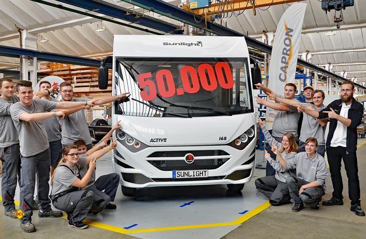 Der in Ausbildung befindliche Capron-Nachwuchs präsentiert das 50.000. Freizeitfahrzeug aus dem Neustädter Erwin Hymer Group-Werk (Foto: Capron GmbH, F. Kramer)