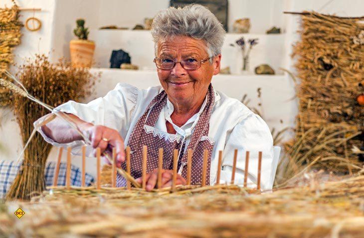Sehen, Staunen und Mitmachen: Das Erzgebirge zeigt am Tag des traditionellen Handwerks wieder seltenes und altes Handwerk. Hier das Heuweben. (Foto: TVE / Bernd Maerz)