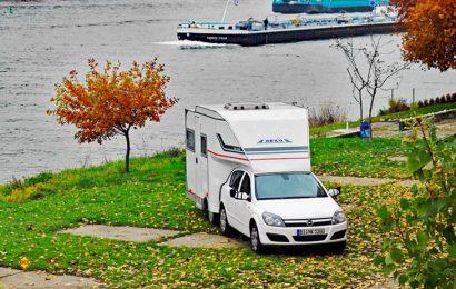 Ungewöhnliches Gespann mit hohem Imagefaktor: Der Heku Car-Camp mit dem Opel Astra als Zugfahrzeug. (Foto: det)