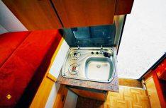 Der Küchenblock mit Gaskocher, Kühlschrank und Spülbecken. (Foto: det)