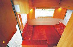 Tagsüber eine bequeme Sitzgruppe für Vier... nachts ein komfortables Doppelbett im Heck. (Foto: det)