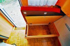 : Stauraum satt in allen erdenklichen Winkeln des Car-Camps. Auch die Sitztruhen bieten noch Platz für Urlaubsutensilien. (Foto: det)