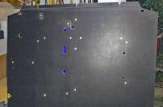 Die Bodenplatte mit Einschlagschrauben und Befestigungen. (Foto: Klinke)