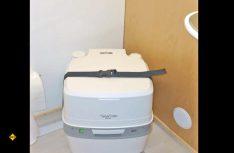 Als Toilette kommt im Sanitärraum ein Porta Potti zum Einsatz. (Foto: Klinke)