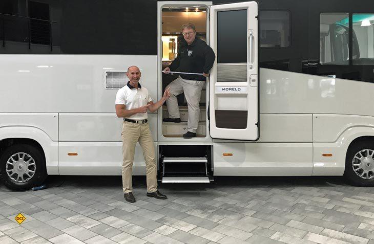 Die Morelo-Geschäftsführer Jochen Reimann (links) und Reinhard Löhner sind um ständige Detailverbesserungen an den Premium-Reimobilen bemüht. Jetzt wurden die Wohnraumtür deutlich verbreitert. (Foto: Morelo)