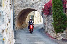 Baguette und Rotwein-Transporter auf dem Weg zum Supermarkt. (Foto: Gemein)