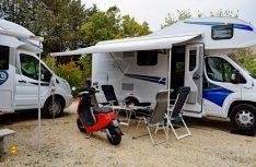 Basiscamp mit Reisemobilen: Der NIU-E-Roller entpuppte sich als idealer Womo-Roller. (Foto: det)