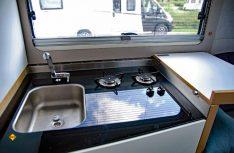 Der Küchenblock geöffnet mit Zweiflammkocher, Waschbecken und Ablage. (Foto: alf)