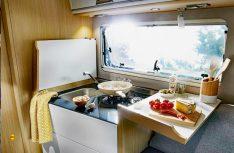 Aus der Abdeckung des aufgeklappten Kücheblocks wird zusätzliche Arbeitsfläche. (Foto: Werk)