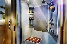Der Sanitärraum mit eingedrehtem Waschbecken zum bequemen Duschen mit viel Platz. (Foto: alf)