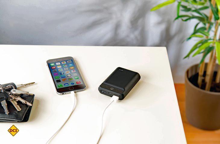Die Powerbank revolt von Pearl passt in jede Tasche und kann die Laufzeit von bis zu zwei Geräten unterwegs und abseits von Steckdosen deutlich verlängern (Foto: Pearl)