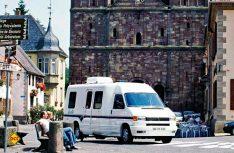 Tour durch´s Elsass: Der Winnebago Rialta vor dem Münster in Straßburg. (Foto: det)