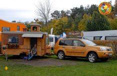 Biologischer Naturbursche auf einem Bastei-Wohnwagen und einem Aufbau von Sprelacart. (Foto: det)