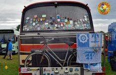 Weit gereist und wild beklebt: Das Womo aus dem MB Bus. (Foto: det)