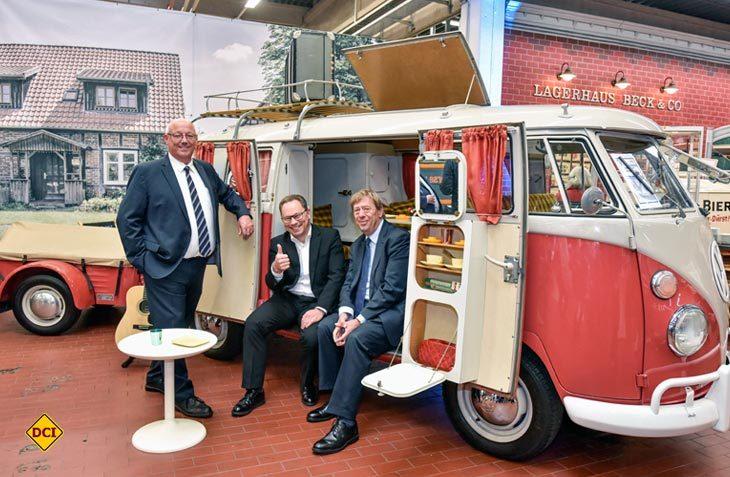 Vor dem T1-Campingwagen (Baujahr 1962) mit Anhänger (Baujahr 1963): Werkleiter Udo Hitzmann, Betriebsratsvorsitzender Thomas Zwiebler und Hannovers Kulturdezernent Harald Härke (v. li.). (Foto: VW Nutzfahrzeuge)