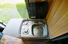 Die Arbeitsfläche in der Küche kann durch einen seitlichen Klapptisch erweitert werden. (Foto: det)