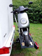 So geladen und gesichert darf der kleine NIU auch mit dem Hymer Van 314 auf große Reise gehen (Foto: Norbert Ehses)