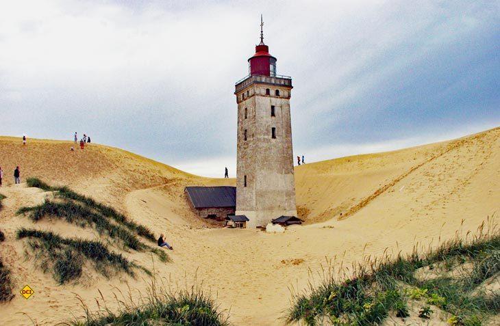 Weil die Wetter-Phänomene Wind und Wellen der dänischen Nordseeküste stärker zusetzen, als die Fachleute berechnet haben, droht der Absturz des berühmten Leuchtturms schon in ganz naher Zukunft (Foto: Andreas Einbock / visitdenmark)