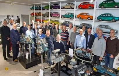 Museumsleiter Eberhard Kittler (ganz links außen) im Kreise der zumeist ehemaligen Aggregate-Entwickler von Volkswagen, die den Aufbau des Motorenkabinetts mit ihrem Fachwissen maßgeblich unterstützt haben. (Foto: Automuseum Volkswagen)