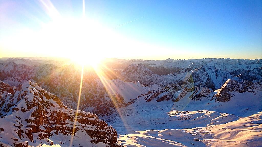 Wintercamping an der Zugspitze mit Stellplatz, Sauna und Ski-Langlauf. Das Camping Resort Zugspitze macht' s möglich. (Foto: pixabay/Boern)