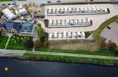 Der Stellplatz ist terrassenförmig angelegt, damit alle Gäste ein schönen Ausblick auf den Nord-Ostseekanal haben. (Foto: Womohafen NOK)