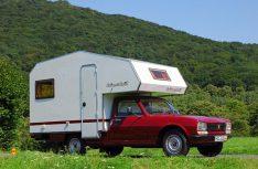 Das Redaktions-Team von Mobil Total hat eine damals über 30 Jahre alte Bimobil-Kabine mit seiner Peugeot 504-Basis aufwändig wieder in Originalzustand versetzt. (Foto: alf)