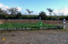 Erdwall statt Zaun: Der großzügig bemessene Platz liegt im Grünen, hat einen eigenen Hundeplatz und bietet in der Umgebung viele Sehenswürdigkeiten. (Foto: det)