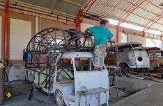 Auf das Bulli-Chassis wir eine aufwändige Gitterrohr-Konstruktion mit Alkoven geschweißt. (Foto: Yumos)
