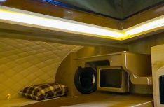 DAs komfortable Alkovenbett ist ebenfalls edelst ausgestattet. (Foto: Yumos)