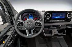 Klar und aufgeräumt: Das neue Cockpit des Sprinter kombiniert modernen Look mit Tablet-artiger Mittelkonsole in guter Ergonomie. (Foto: Werk)