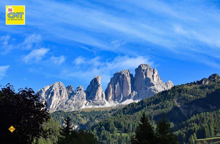 Trentino, das ist unberührte Natur, einsame Täler, blaue Seen und berühmte Gipfel. Morgenstimmung über der Bergwelt im Val di Fassa. (Foto: hcb)