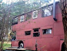 """Oh! Von außen hat der Bus ein bisschen was von Mad Max """"Jenseits der Donnerkuppel"""". (Foto: ls)"""