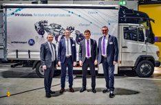 v.l.: Walter Pötzinger, Bernhard Wasner (beide Paul Nutzfahrzeuge GmbH), Markus Schell (geschäftsführender Gesellschafter BPW KG) und Josef Paul (Inhaber Paul Nutzfahrzeuge GmbH). (Foto: Paul Group)