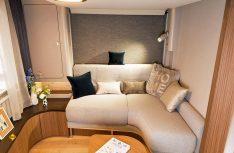 Im hinteren Bereich des Harmony-Wohnraumes wird man von einer großzügigen Lounge empfangen. (Foto: Bürstner)