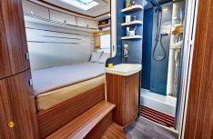 Praktisch und komfortabel: Das riesige Raumbad leigt vor dem Schlafbereich und dient, abgetrennt, als Ankleidezimmer. (Foto: Werk)