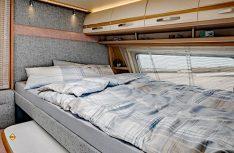 Das hochgesetzte, ausziehbare Doppelbett im Fendt Bianco Emotion 455 FH. (Foto: Fendt)