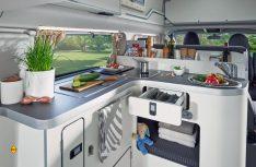 Die Heckküche mit viel Arbeitsfläche und Stauraum im neuen Ford Nugget Plus. (Foto: Ford)