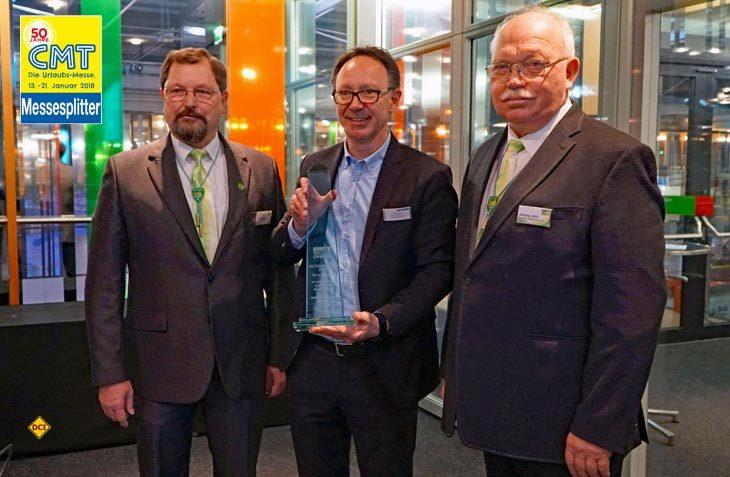 Hymer-Geschäftsführer Christian Bauer (mitte) nimmt vom DCC-Vorstand den DCC-Sicherheitspreis 2018 für die Hymer-Reisemobil-Baureihe B-SL entgegen. (Foto: Hymer)