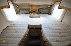Komfort pur: Die superbequemen Einzelbett längs im Heck sind mit Tellerfedersystem und Mehrzonen-Matratzen ausgestattet. (Foto: det)