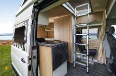 Einfacher und praktischer Ausbau mit Aufstelldach von Flexebu mit vier Schlafplätzen. (Foto: MAN)