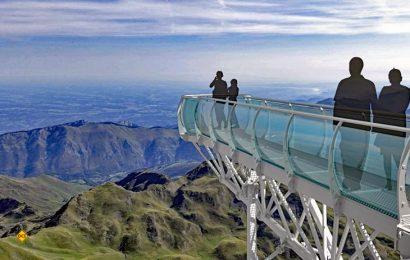 Keine Angst – die Glaskonstruktion ist 100 Prozent sicher - so sicher, wie man Überwindung braucht, um bis zur Spitze der Aussichtsplattform auf dem Pic du Midi zu gehen. (Foto: Tourismus Okzitanien)
