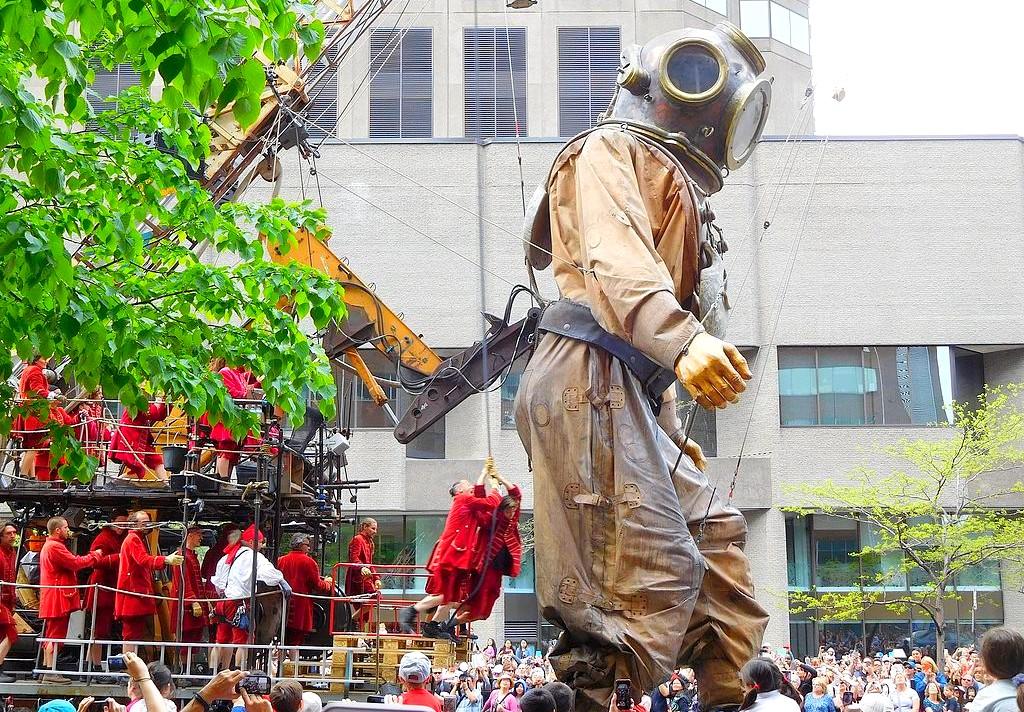 Ein Spektakel der Sonderklasse. Aufmarsch der Riesen von Les Geants. (Foto: Jeangagnon [CC BY-SA 4.0 (https://creativecommons.org/licenses/by-sa/4.0)]