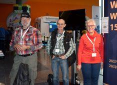 Souverän und engagiert. Die Mitarbeiterplanung wurde von Sigrid Döffinger (re.) und Rudolf Miksche (li.) exzellent erledigt. Horst Ahnert war an sieben Messetagen für die zahlreichen Standbesucher da. (Foto: hcb)