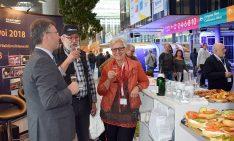 Stets gut gelaunt und voller positiver Energie - die Mitarbeiter am Konvoistand. Sigrid Döffinger mit Rudolf Miksche (2. v.l.) und dem Landrat Dr. Brötel. Ganz rechts: Walter Häusler im Gespräch. (Foto: hcb)
