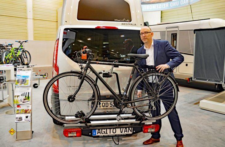Al-Ko-Marketing-Chef Hans Posthumus stellt den neuen Spezial-Fahrradträger Aglto Van von Al-Ko-Sawiko vor. (Foto: det)